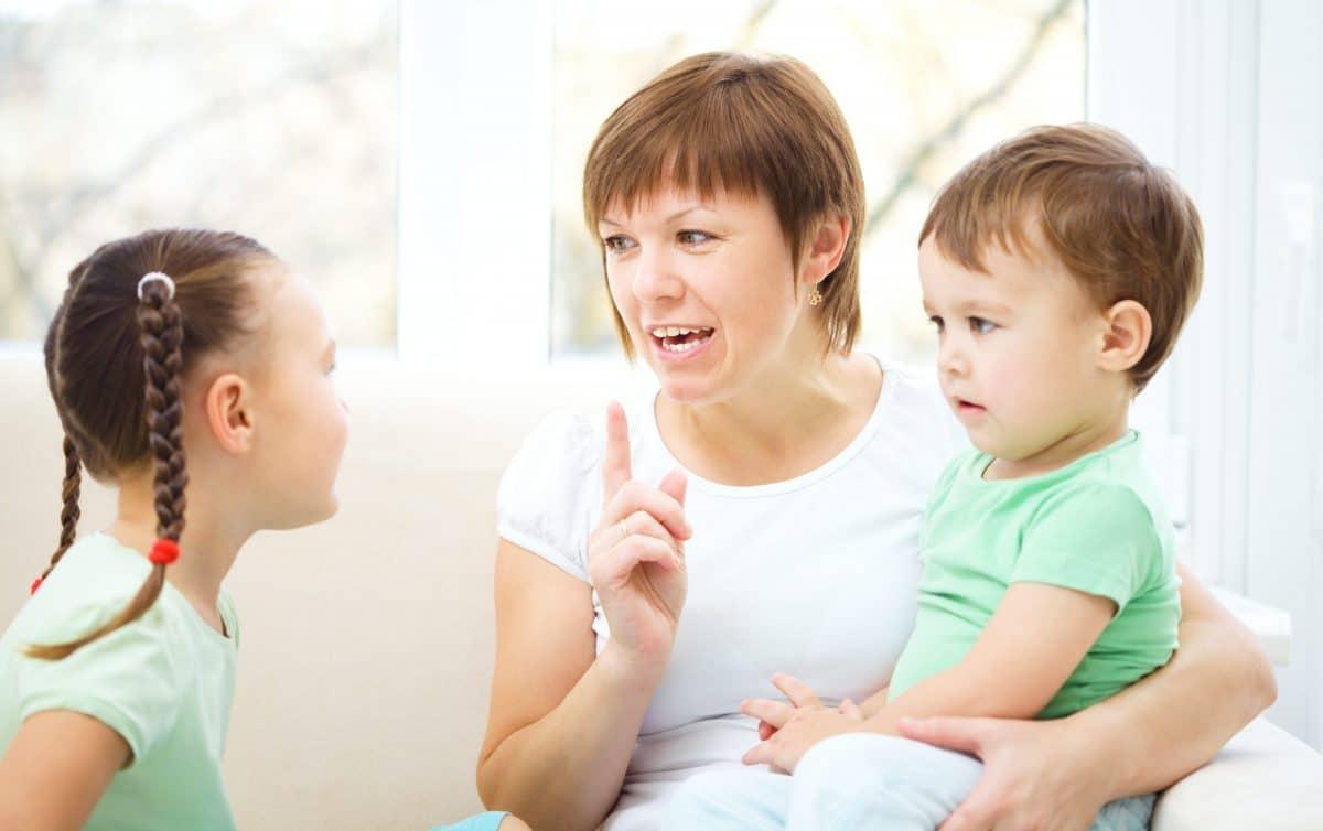 madre enseña a niños