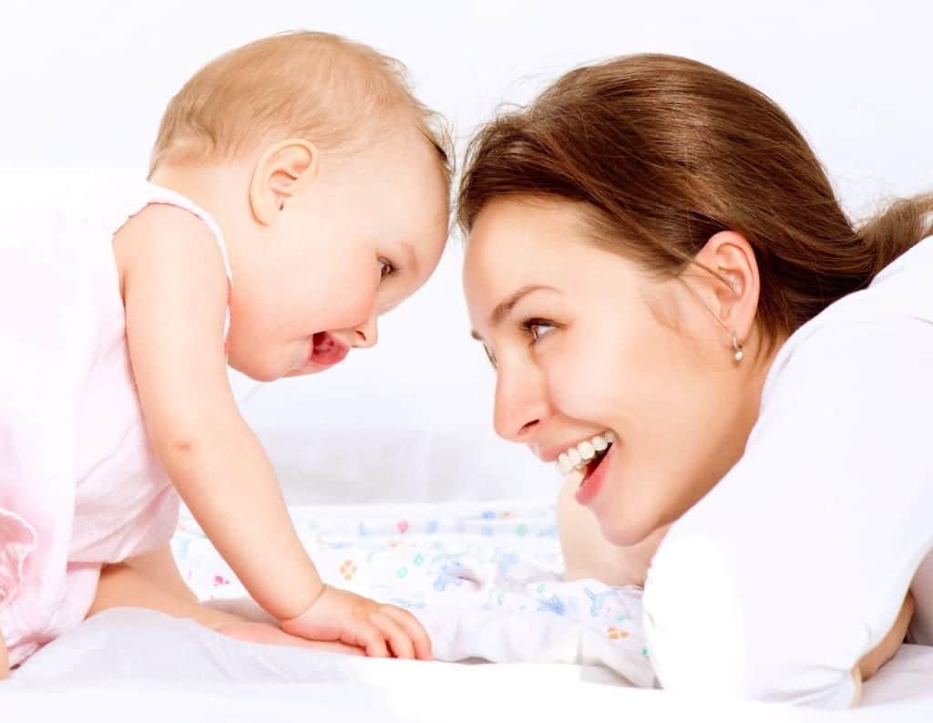 mama y bebe mirando