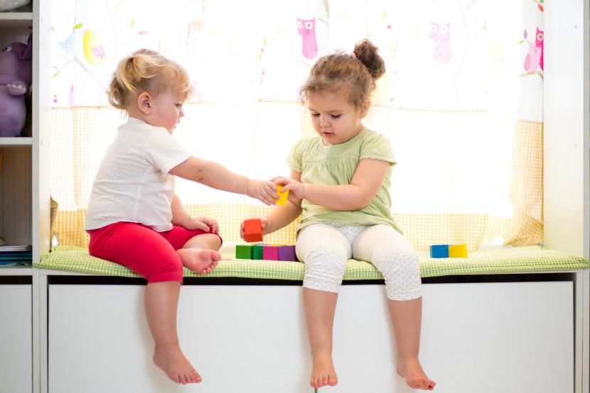 dos niñas jugando juntas y compartiendo