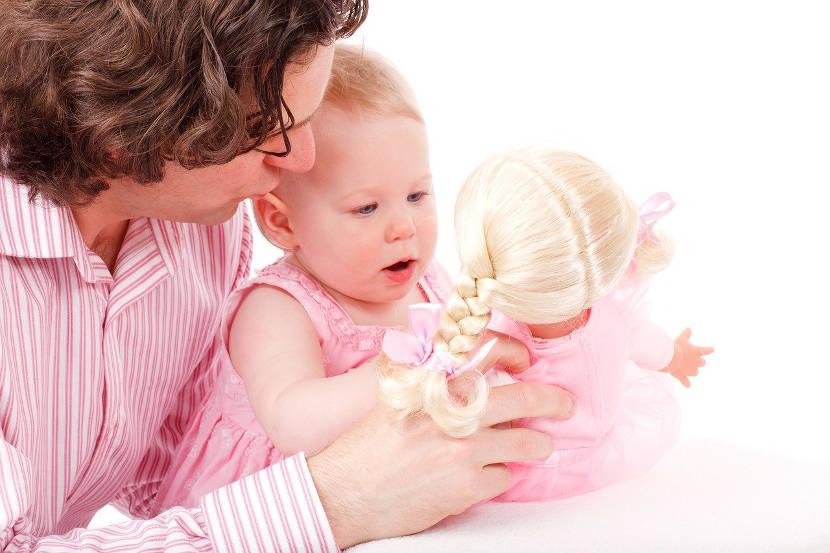 Bromear y hacerse el tonto estimula el desarrollo de los niños pequeños