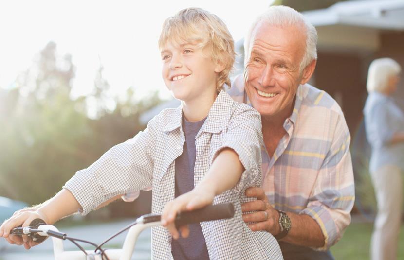 abuelo nieto en bicicleta