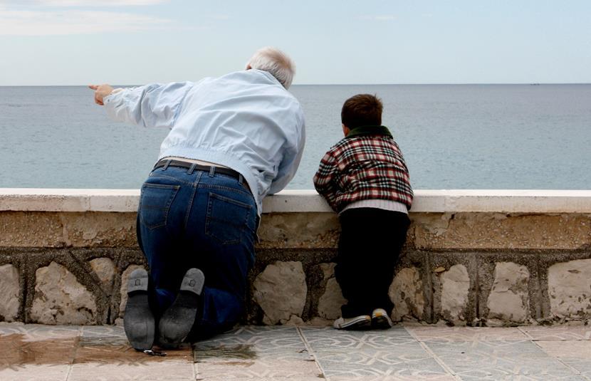 abuelos y nietos en paseo