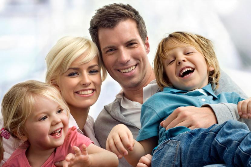 familia feliz pasando tiempo juntos