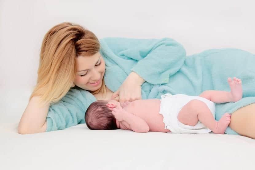 mujer que amamanta a su bebé
