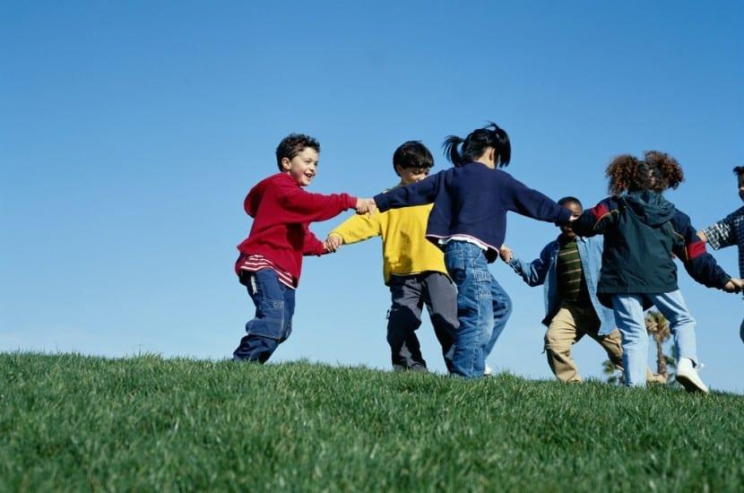 niños jugando en corro