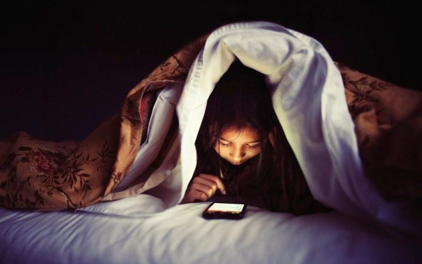 3 razones por las que no deber permitir a tu hijo dormir junto al móvil