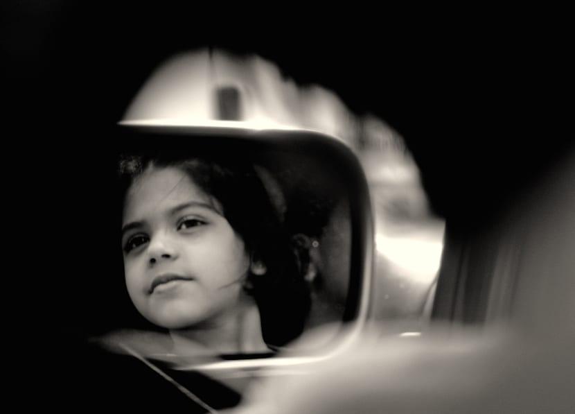 Los niños en la parte de atrás del coche
