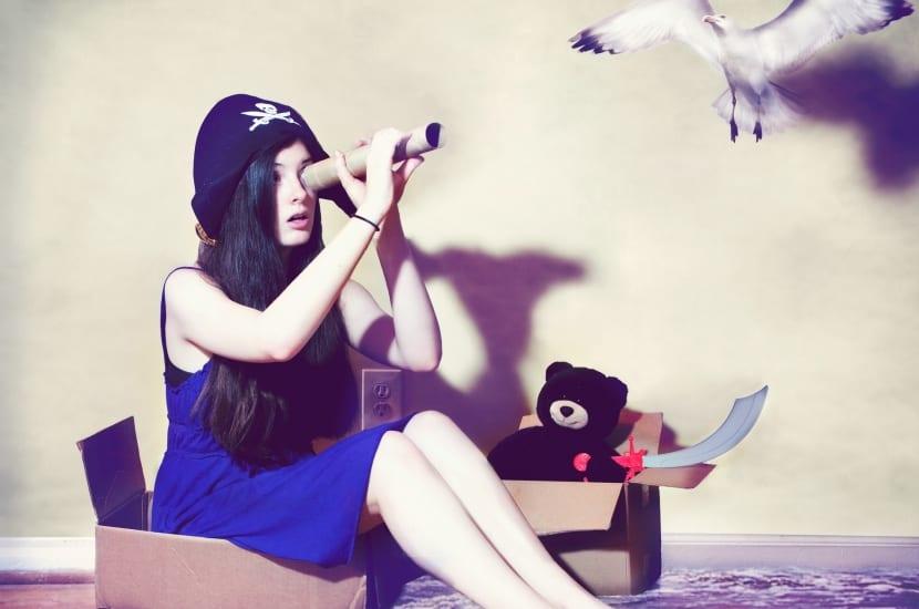 adolescente extrovertida jugando