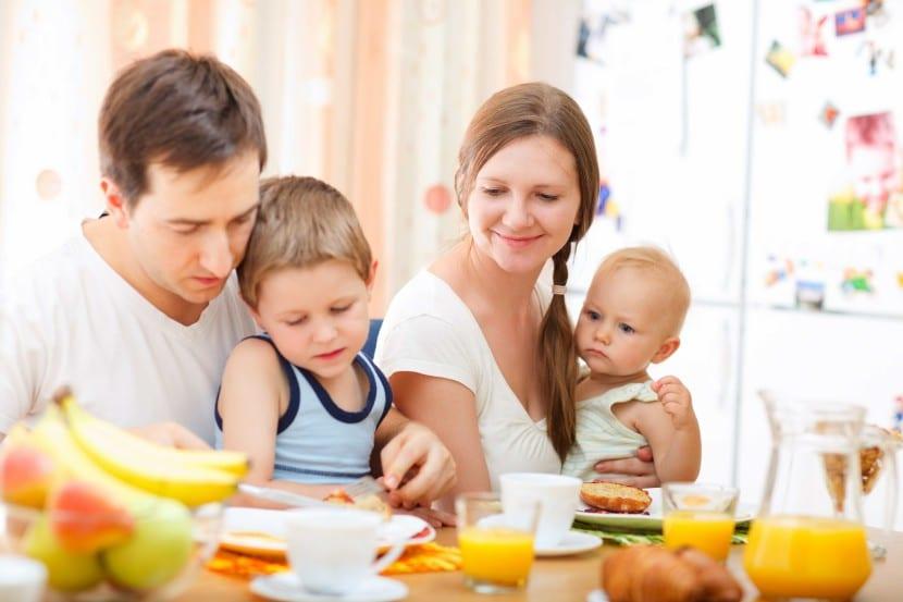 desayuno familiar antes de salir de casa