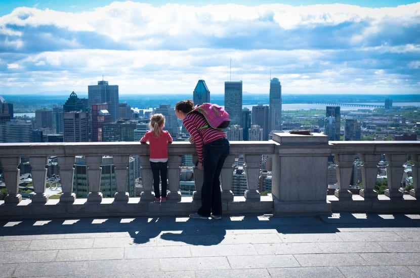 madre e hija ante un paisaje