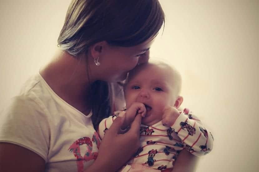 mujer abrazando a su bebe