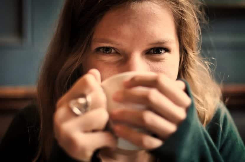 mujer bebiendo en taza