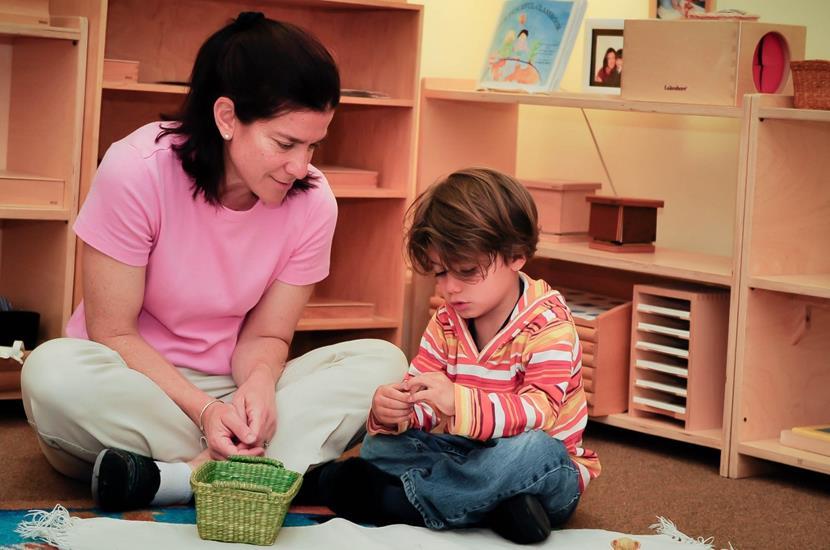 niño y madre hablando
