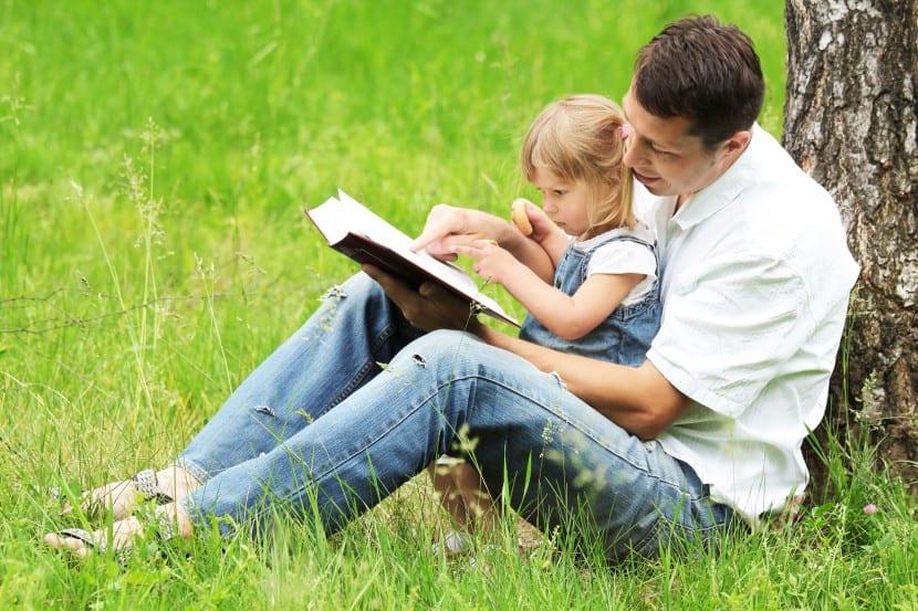 padre jugado y leyendo con hija