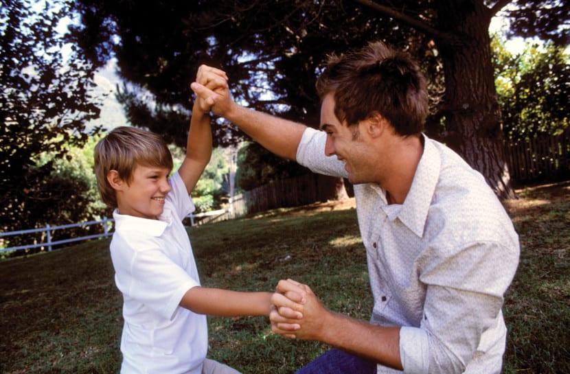 padre jugando a baile con hijo