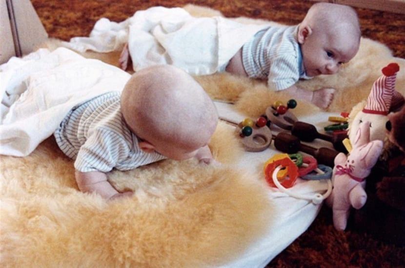 Bebé jugando segun metodo montessori