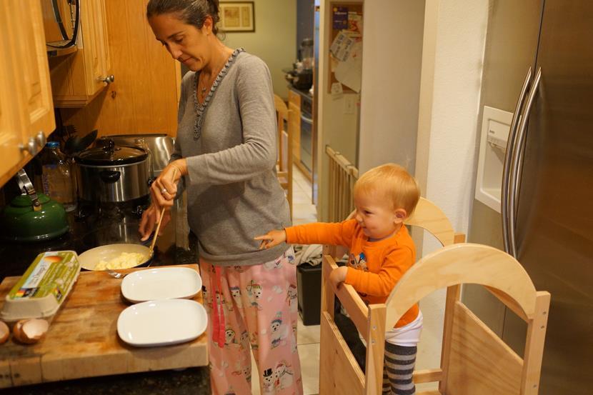 Pedagogia montessori madre e hijo cocinando (Copy)