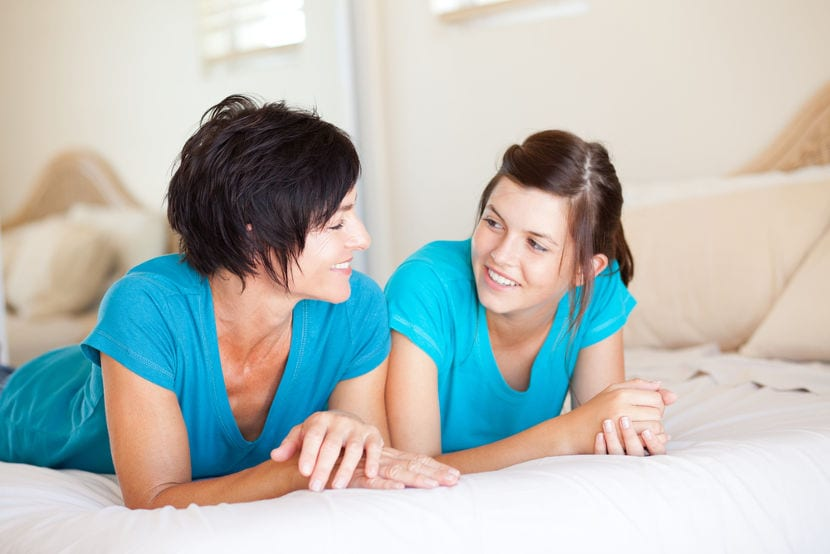 adolescente hablando con su madre