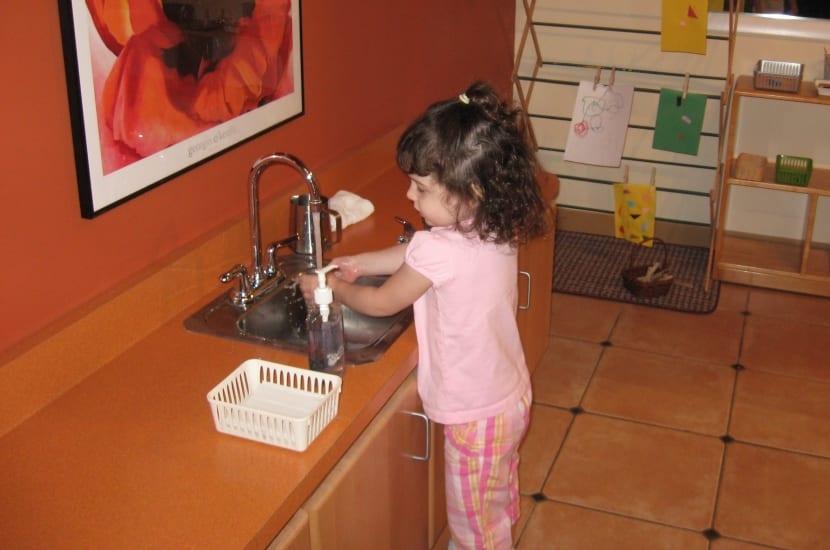 alumna en escuelas montessori lav+índose las manos