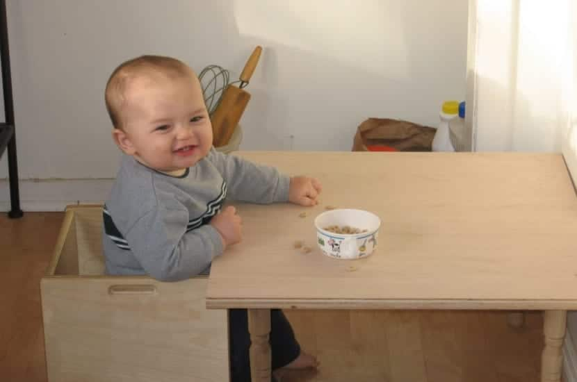 bebe sentado segun metodo montessori
