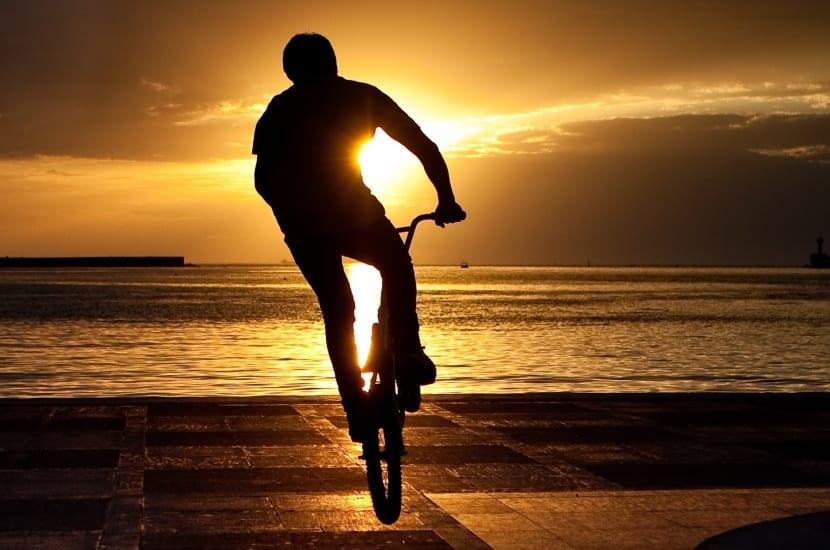 chico responsable en bicicleta al amanecer