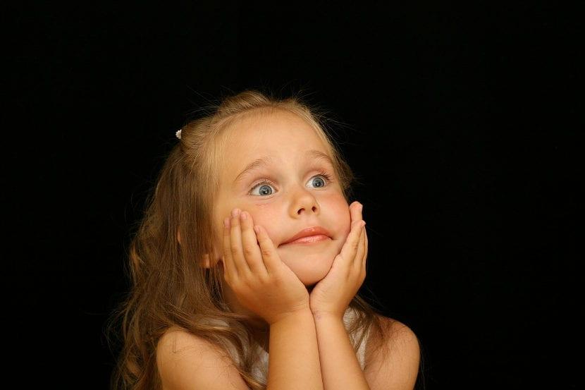 Comprender los pensamientos de los demás permite a los niños pequeños aprender a mentir
