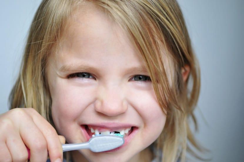 dentista nena cepillo