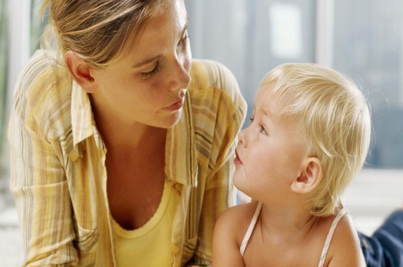 madre e hijo hablando (2)