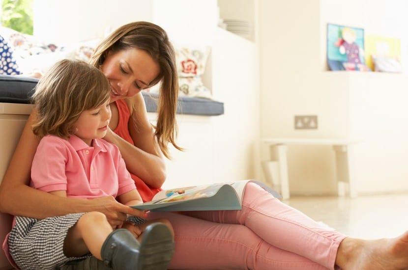 madre e hijo leyendo