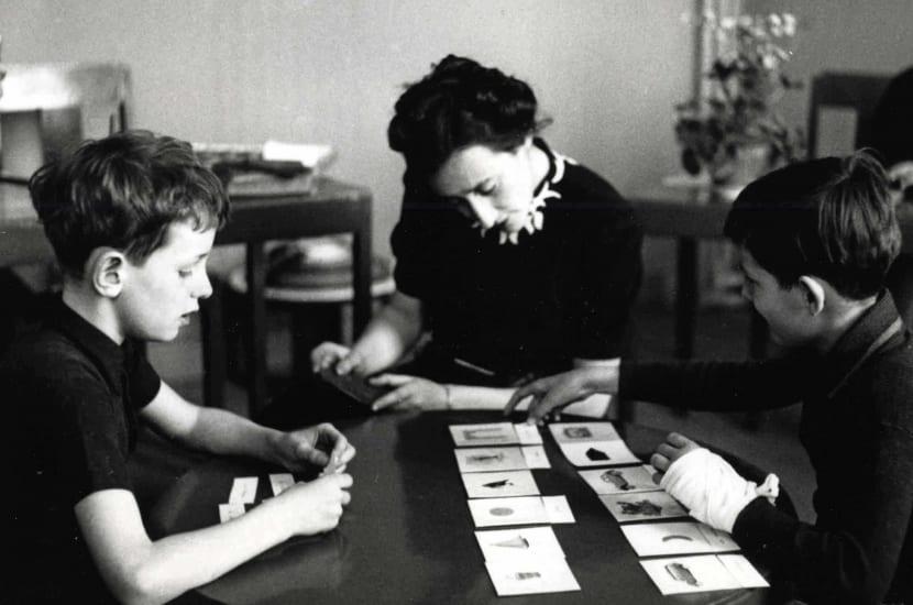 María Montessori con sus alumnos
