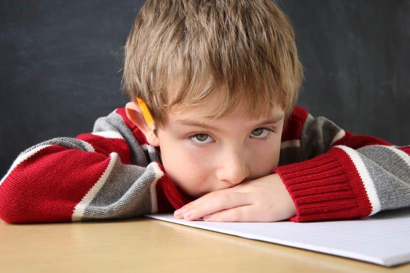 Niño aburrido en la escuela