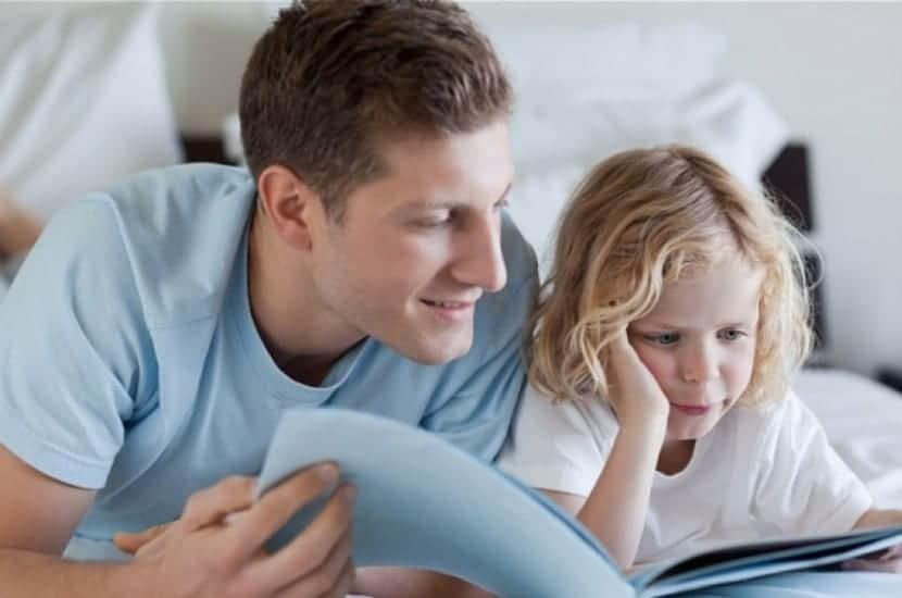padre trabajando la curiosidad con su hija mientras leen