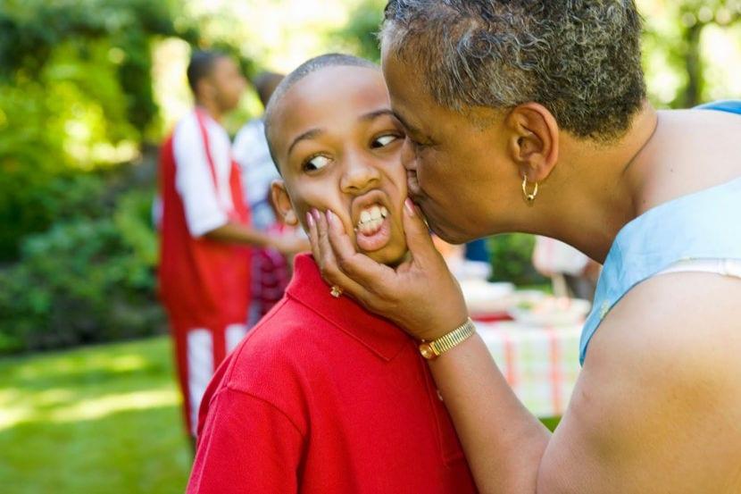 Debemos permitir a los niños a tomar decisiones sobre cuándo abrazar o besar a otros