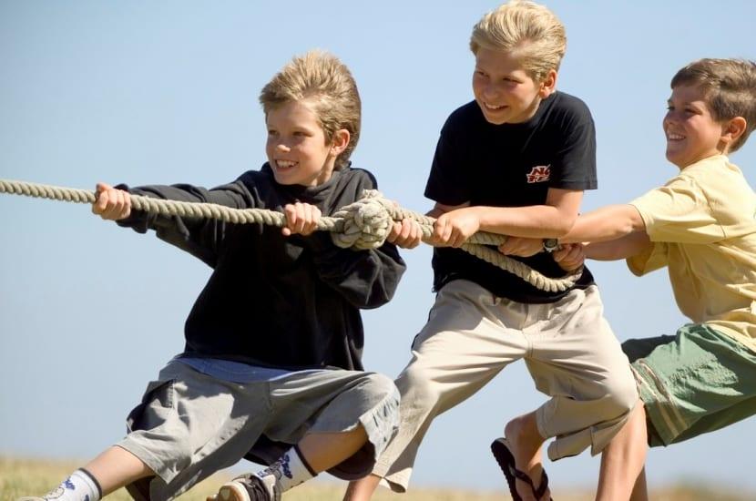 adolescentes tirando de una cuerda