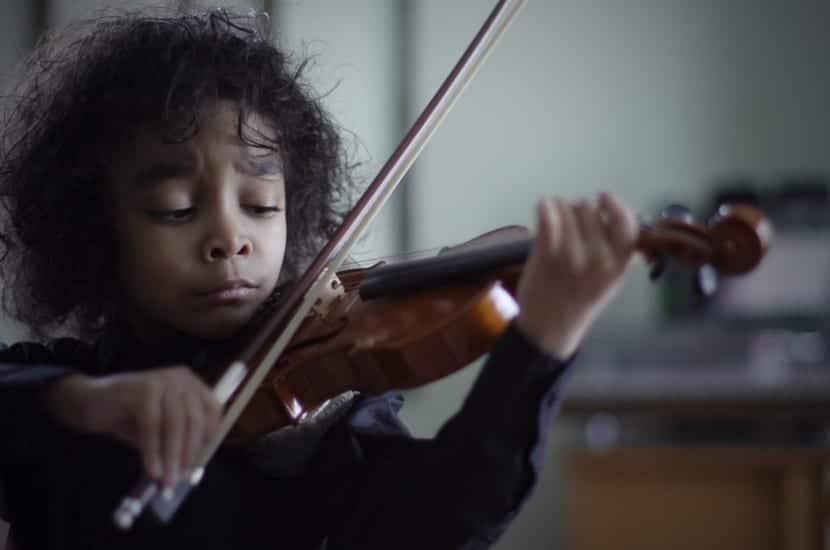 niño altamente sensible con violin