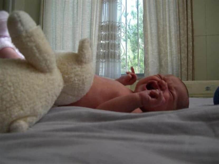 ¿Calmar el llanto de un bebé siguiendo una técnica? Mejor lo mantienes cerca de tu cuerpo