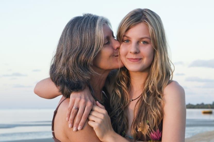 madre e hija abrazadas disfrutando del regalo de su carño