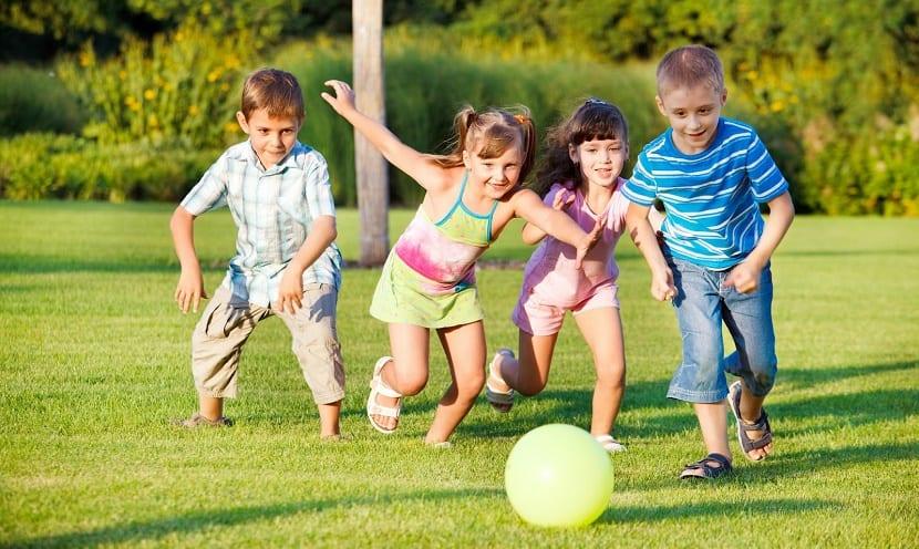 nenes y nenas jugando