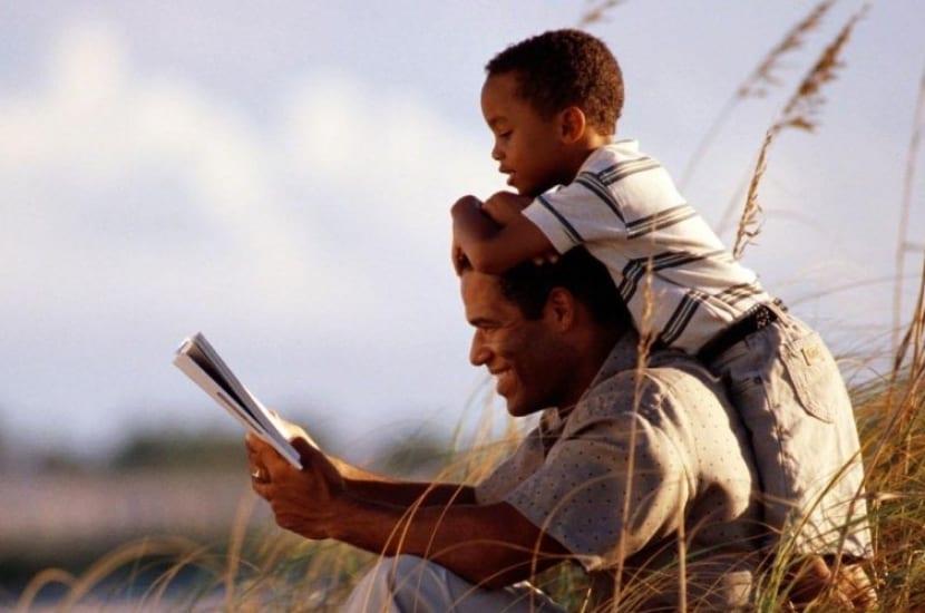 padre e hijo disfrutando la educación paulo freire