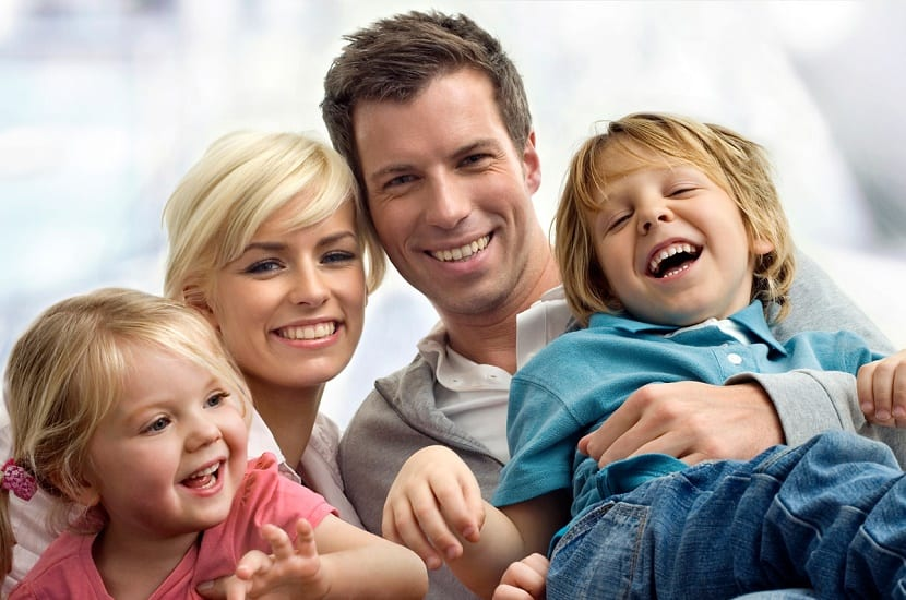 familia feliz con niños amados