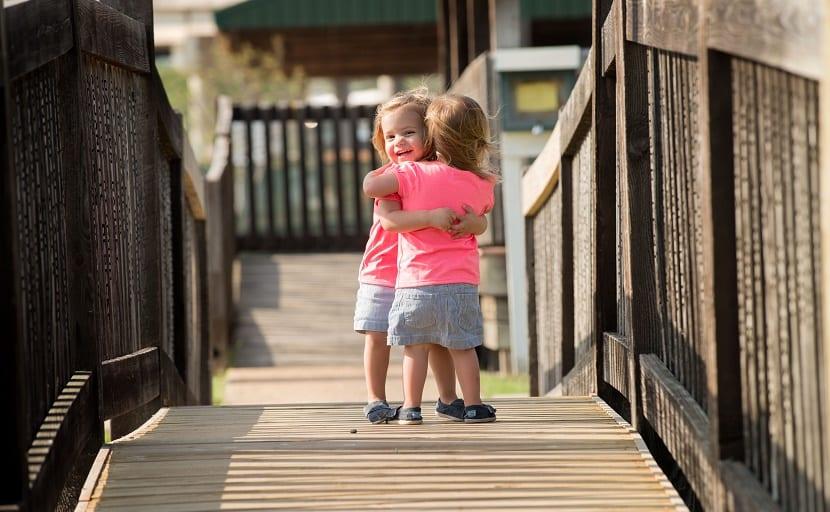 nenes agradecidos abrazo