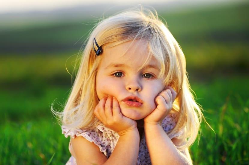 niña apoyada con las manos representando su personalidad