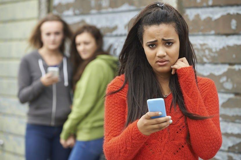 adolescente acosada por móvil
