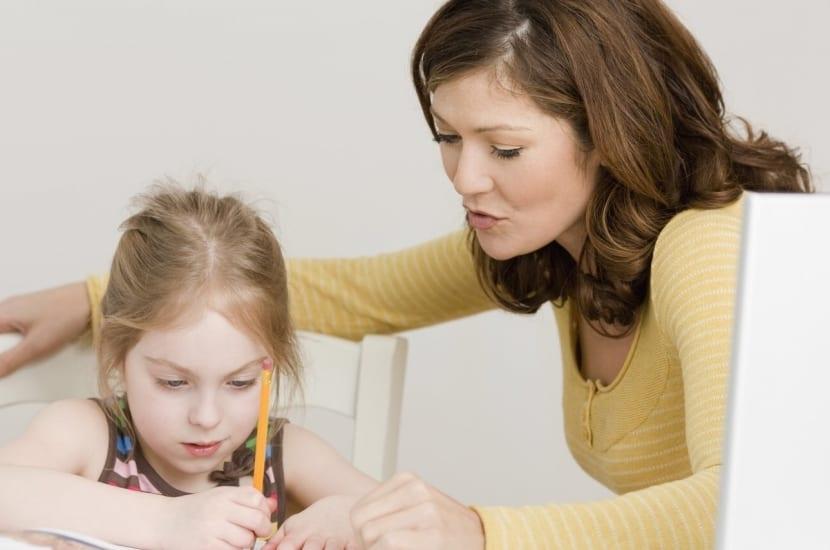 madre e hija trabajando en los cuadernos digitales Vindel