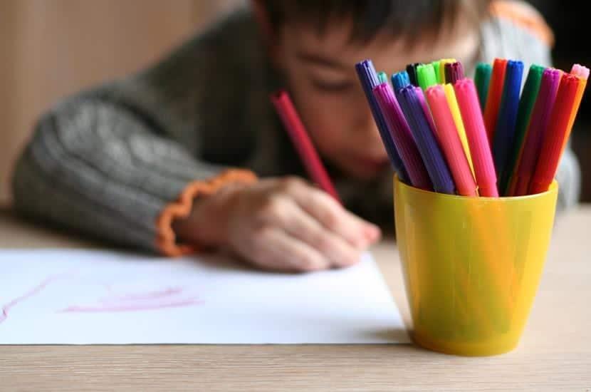 niño completando un cuaderno vintel