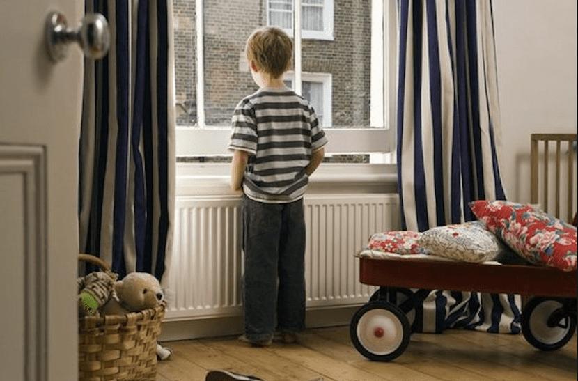 Niño solo en casa