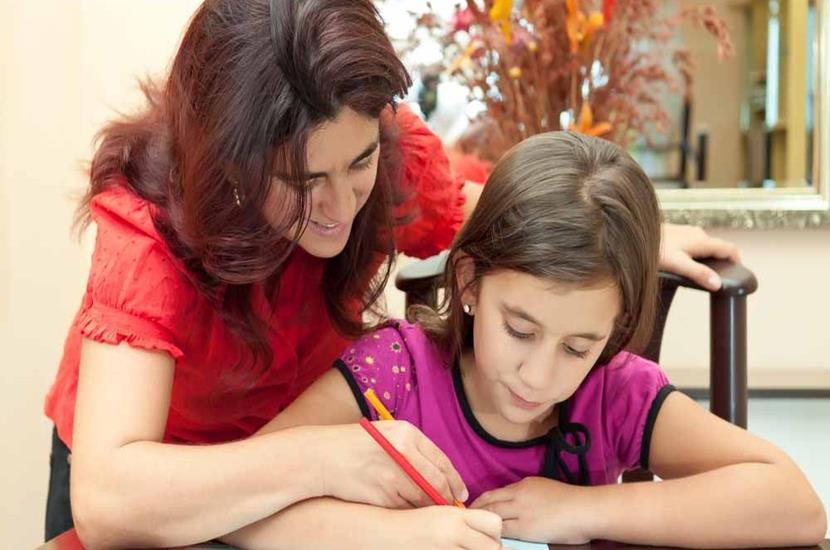 madre-ayudando-a-su-hija-en-los-deberes (Copy)