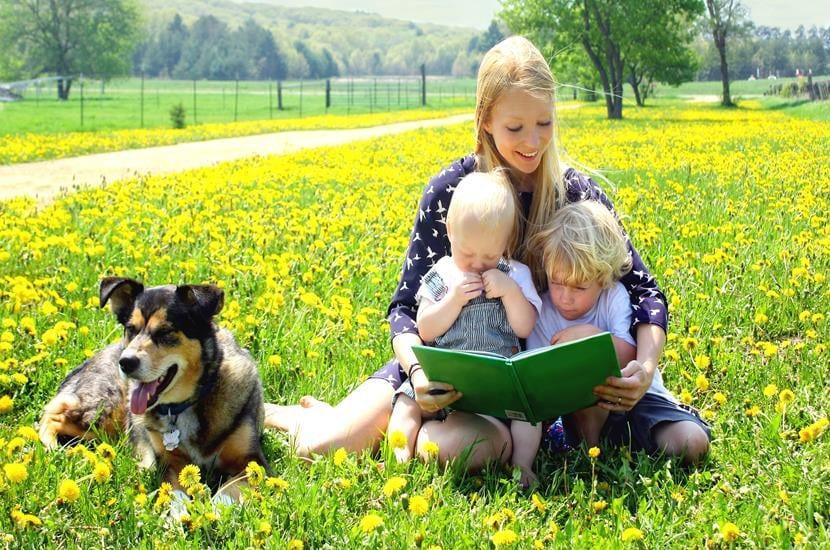 madre-e-hijos-leyendo (Copy)