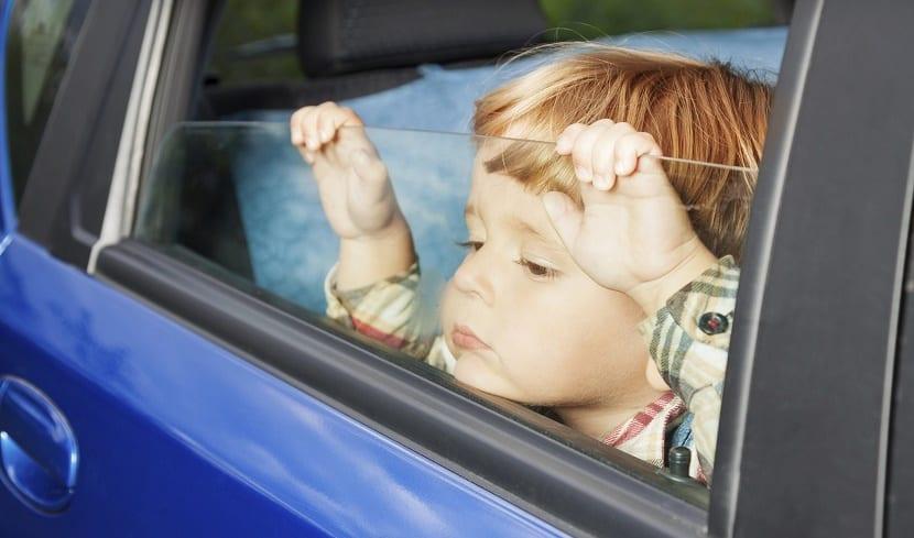 niños solo dentro del coche