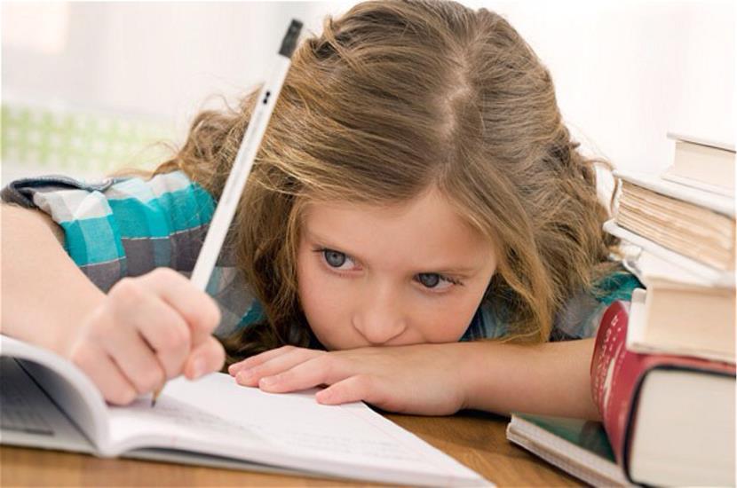 niña-sufriendo-el-exceso-de-deberes (Copy)